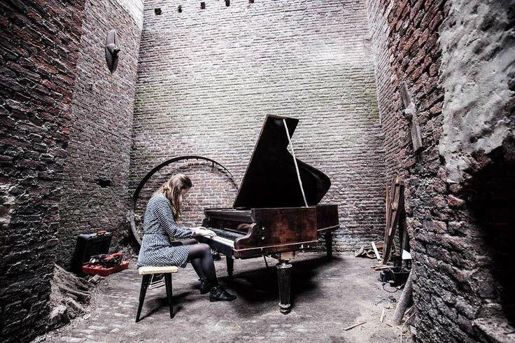 Sala de piano em um dos hostels mais incríveis que já visitei #treckhostel #belgium #belgica #flemish #belgian #piano #music
