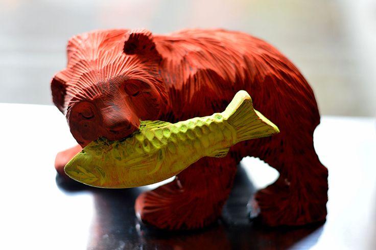 ネオンカラーペイントの木彫り熊。さりげなく目立ちます