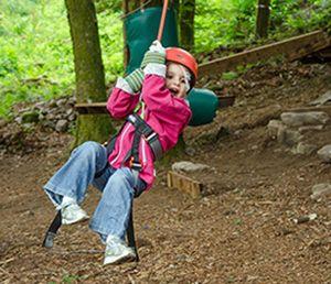 Tyroliennes, échelles de cordes, perroquet, saut de puce... bref, les enfants adorent... et les adultes aussi ! Accro'Terrases propose des parcours d'une heures pour les plus petits, de 30 minutes pour les adolescentes et les adultes, l'équilibre parfait entre le sport et la nature à Plombières-les-Bains.
