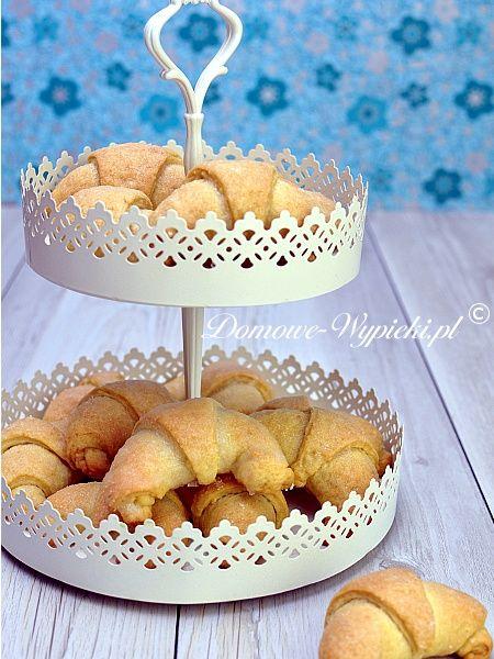 Przepis na drożdżowe rogaliki z powidłami śliwkowymi, marmoladą lub konfiturą. Ciasto drożdżowe nie wymaga długiego wyrabiania, a wyrasta zanurzone w...