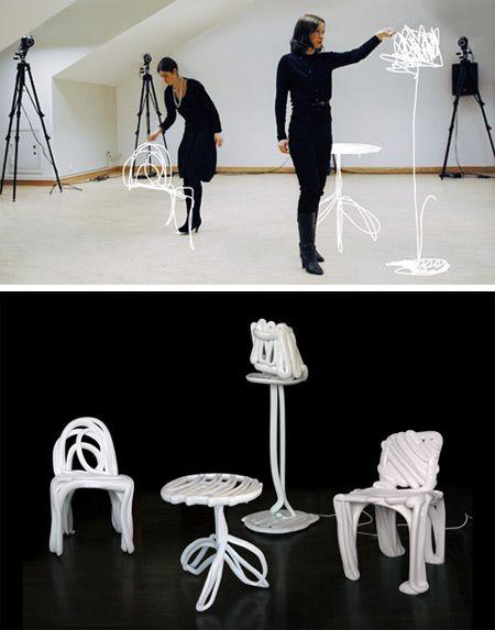 Les designers dessinent l'objet directement dansl'espace. Leurs mouvements sont analysés par ordinateur et transmis à une imprimante 3D qui fabrique l'objet.