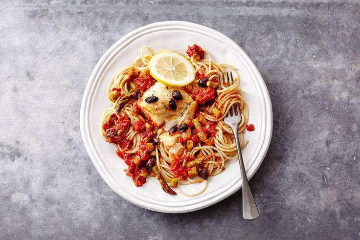 De smaak van verse zongerijpte tomaten doet het heel goed bij de zachte kabeljauw.-recept - Allerhande