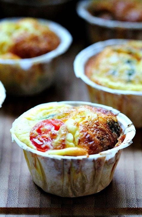Ostiga omelettmuffins med spenat och tomat
