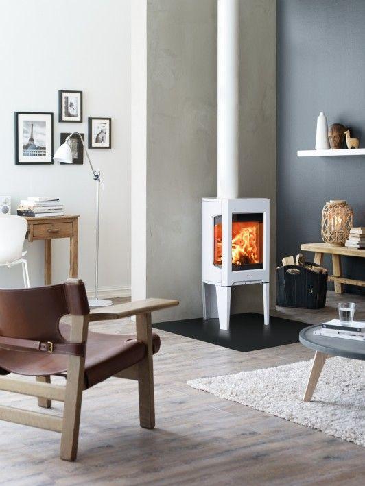 Witte haard tegen een blauw-grijze achtergrond   - - - - - Wow! I'm stumped! sez MM... but I love this wood fire stove!!!