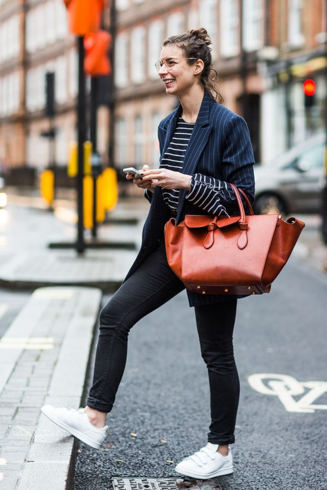 stripes all over the place, on your coat and your t-shirt. white shoes and a red/orange handbag. Londen Fashion Week.