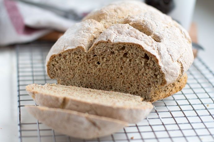 Snel en makkelijk. Dat zijn de kenmerken van een sodabrood. Sodabrood, beter bekend als soda bread, iseen brood dat geen gebruik maakt van gist voor de rijzing van het deeg. Omdat het deeg niet hoeft te rijzen kan het brood direct de oven in en is het snel klaar. Zoals de naam al doet vermoeden …