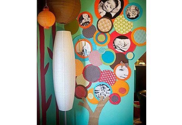 Árvore genealógica artesanal feita com aplicação de papéis coloridos sobrepostos e fotos impressas em preto e branco. (Foto: Reprodução/Pinterest)