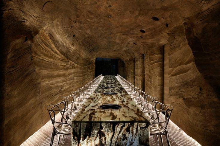 restaurant umgebung fischgrätmuster tisch rauchglas stühle mörtel höhle #interior #restaurant