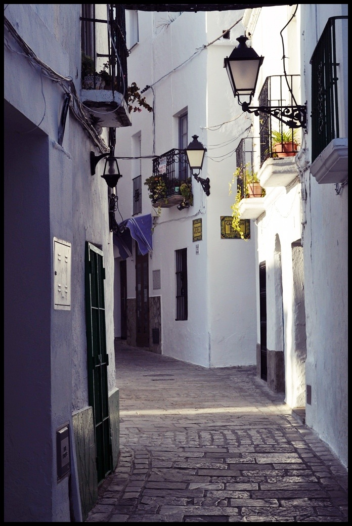 The concept of black accents works both with interiors as well as exteriors and in this case a public street in Tarifa, Cádiz