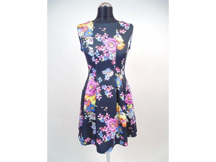 Elegantné krátke čierne šaty so striebornou aplikáciou na páse, s trojštvrťovým rukávom. Univerzálna veľkosť.