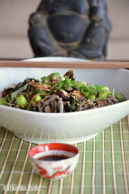 In einem japanischen Restaurant gibt es für mich zwei Must-haves: Misosuppe und Edamame-Bohnen. Beim Running Sushi gar verrenke ich regelmäßig meinen Hals, um auch ja alle Tellerchen mit den grünen...