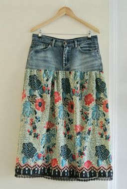 Required • An old denim skirt or jeans • A piece of cotton (± 1.5 m) • Tape measure, pencil, fabric scissors • Seam ripper • Sewing machine and matching thread • Ironing board and iron • If necessary matching matching piece of lace (± 1.5