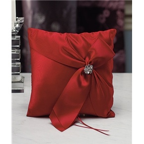 This chic Ring Pillow features elegant ruched detailing and a decorative jewelled brooch!