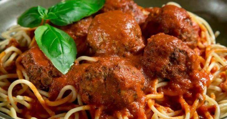 Fabulosa receta para Spaghetti con salsa de tomate y albóndigas. Una receta tradicional de spaghetti con salsa de tomate y albóndigas, muy buena y sabrosa.