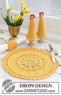 """Conjunto de Pascua que comprende: Mantel individual, funda térmica para huevos y aro para servilleta DROPS en ganchillo (crochet), con """"Safran"""" y """"Glitter"""". Diseño DROPS: Patrón No. E-156 ~ DROPS Design"""
