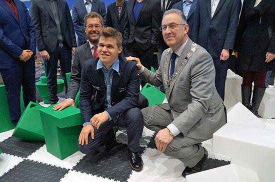 Magnus Carlsen, campionul mondial la șah, și Ahmed Aboutaleb, primarul din Rotterdam, care i-a invitat pe musulmanii cărora nu le place libertatea de exprimare să plece din țară.