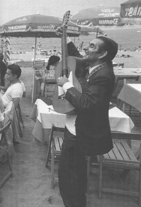 1990.- El irrepetible y popular Bernardo (Bernardo Cortés Maldonado) amenizaba las comidas con sus temas de hoy y de siempre acompañado de una guitarra. El Virolai y el Himno del Barça formaban parte también de su repertorio habitual