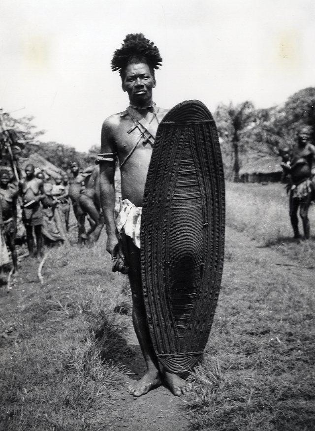 H. Rosy : Afrique. Congo Belge. Guerrier Bundu. Tirage argentique dépoque. . Circa 1959. 18 x 24 cm
