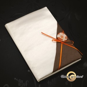 livre d'or satin ivoire, chocolat et orange bouton de nacre gravé