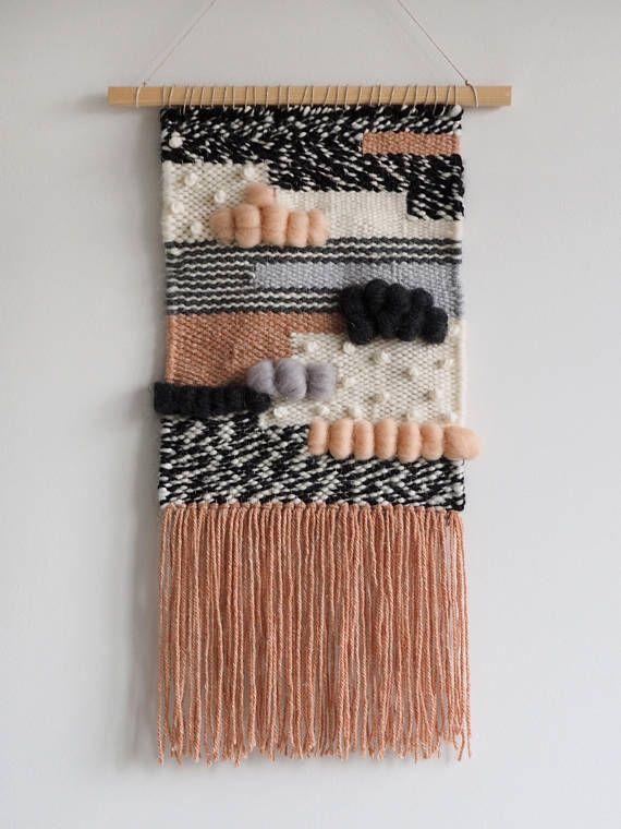 Tenture murale tissée boho centrée sur une cheville en bois et fini avec un cordon pour accrocher. La tapisserie est de couleur beige, rose, blanc, grise et noire. Cette pièce est totalement unique et fait avec beaucoup d'amour. Il va certainement ajouter du style boho heureux à votre