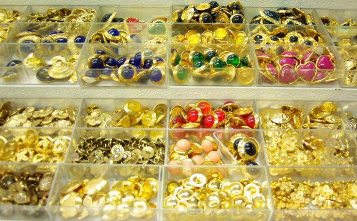 Très grand choix de boutons dorés. Disponibles au rayon Mercerie de votre magasin Ellen.
