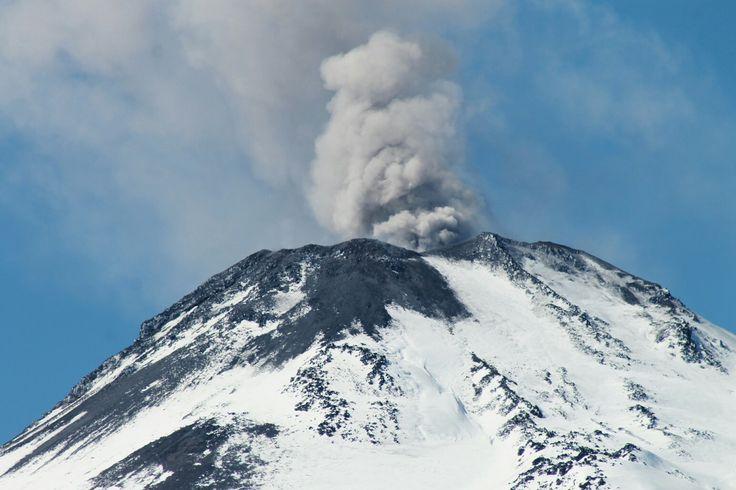 Volcán Chillán Nuevo,  emanando cenizas. 02 de septiembre de 2016. Fotografía tomada desde el Valle de Shangrila,  Las Trancas, Chillán,  VIII Región del Biobío, Chile.