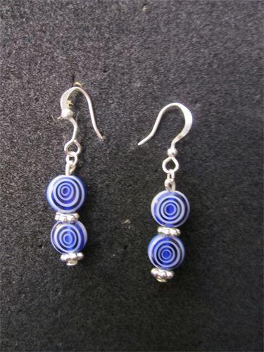 Spiral - 17    Små, nätta örhängen med detaljer i silverpläterad metall med glaspärlor Blå/Vit Spiralmönster samt nickelfria krokar. Frakten är inkluderad i priset.    Pris:  40 kr