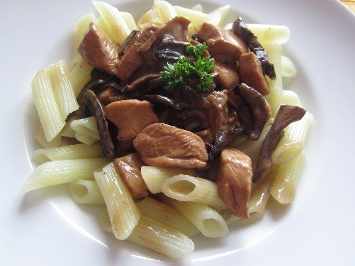 těstoviny s houbovou omáčkou a kuřecím masem