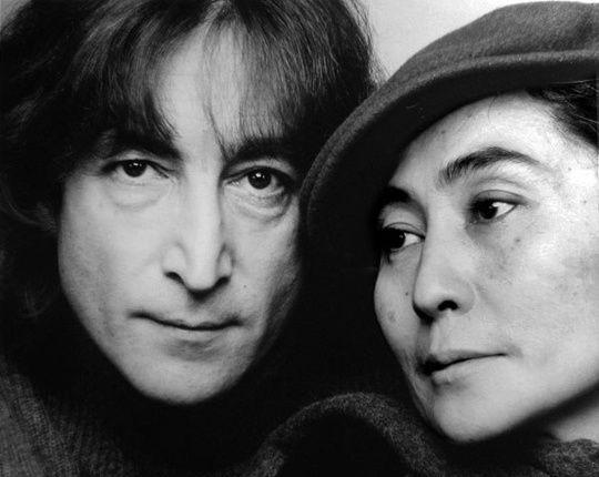 1980 John Lennon viene assassinato: dopo sei colpi di pistola, cinque a segno nella schiena di John Lennon, che cade a terra esanime sotto gli occhi della moglie Yoko Ono, all'ingresso del Dakota Building. L'attentatore Mark David Chapman viene disarmato e bloccato dal portiere del lussuoso palazzo newyorchese
