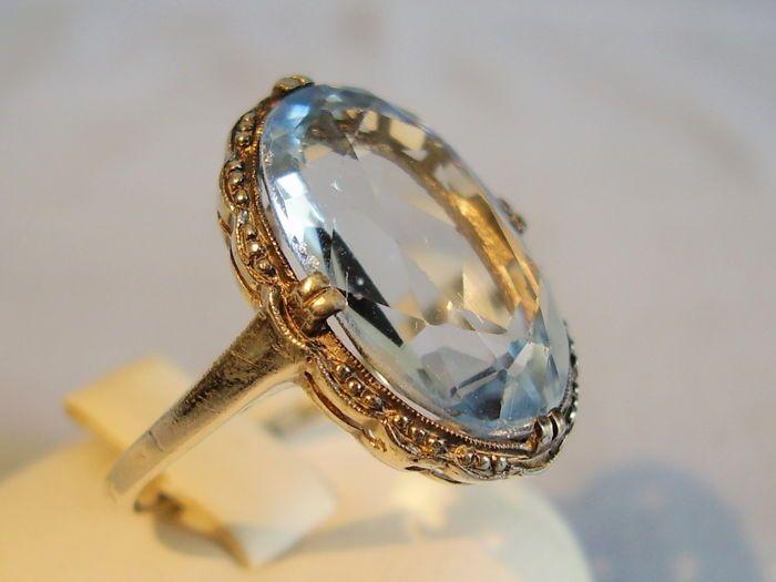 Antieke Art Deco ring met licht blauwe spinel van 12 ct.  Klassieke Art Deco ring van rond 1920 in 935 zilver en hallmarked.Hoofd van de ring met een ovale gefacetteerde Aquamarijn blauwe spinel van ca. 12 ct omgeven door de typische decoratie tijd instellenInwendige diameter van de ring band 17.2 mm = ring maat 52 ring head 187 x 16.4 mm edelsteen: 16 x 10.7 mm gewicht 46 g.In zeer goede staat.Verzending in een nieuw geval van de sieraden.Afgebeelde sieraden dozen of houders zijn geen…