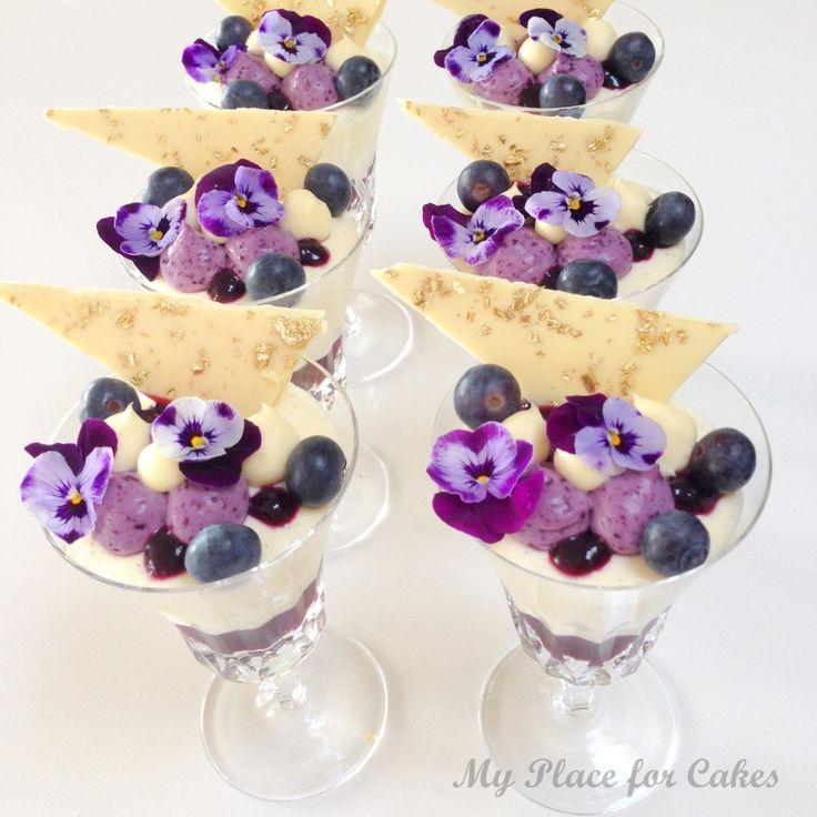 Fløjlsblød og luftig pannacotta med blåbær. Nem og lækker gæstedessert.
