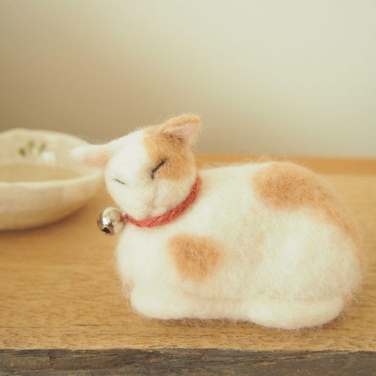 羊毛フェルトで香箱座りのねこを作ってみました。