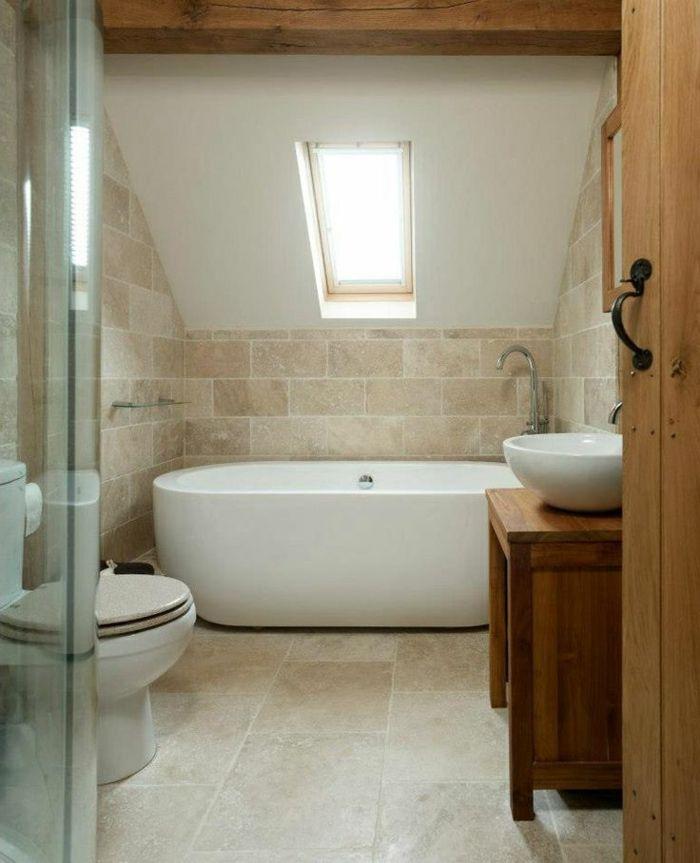 salle de bain sous pente avec carrelage beige et baignoire blanche