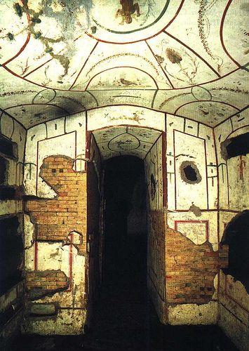Cubículo del Buen Pastor en la Catacumba de Domitila,  Roma.  Los enterramientos en aquellos lugares donde se cruzaban varias de estas galerías se llaman CUBICULA. Tienen un nicho semicircular (ARCOSOLIUM) en el que se enterraban los cuerpos de los mártires.
