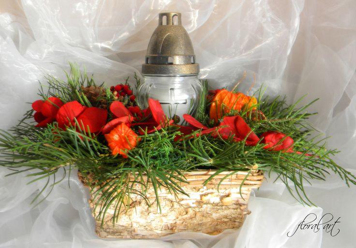 Truhlík dušičkový kůrový se svíčkou Dušičkové aranžmá v truhlíku z březové kůry(se zeleným florexem) o rozměrech - výška/šířka 28cm/42cm přizdobený jedlovou chvojí(jedle stříbrná) a cypřiškem, šiškami(borovice, douglaska), mochyní, barevnou eukalyptovou snítkou, kaštany, jeřabinami, bukvicemi, oříšky, bobulkami a skleněným svícnem s krytem.  Zboží ...