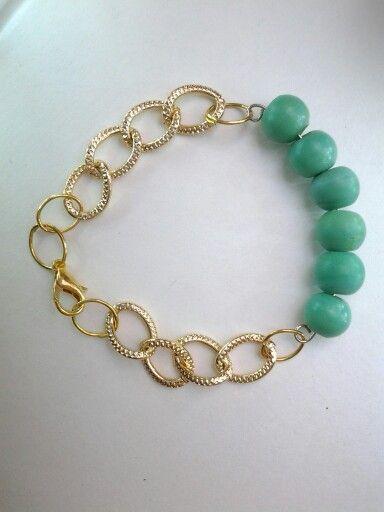 bracelet verde con cadena dorada