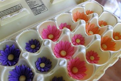 GREAT idea for flower former cups.  I was just having a problem as I ran out of forms today!  Hahaha!  30 more are waiting to be filled!: Cakes Tutorials, Cakes Cookies, Daisy Cakes, Eggs Boxes, Happy Spring, Gumpast Flowers, Cakes Decor, Daisies Cakes, Birthday Cakes