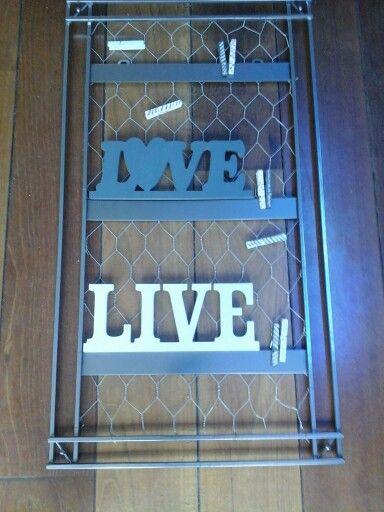Spiegellijst  bewerkt met kippengaas geschilderde woordjes van de action en houten wasknijpers beschilderd