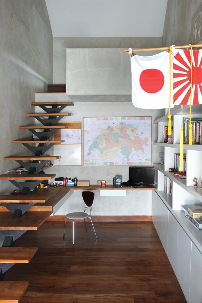 Tangga yang menyatu dengan table top menjadi akses menuju tempat tidur di kamar anak laki-laki yang terinspirasi oleh konsep loft apartment.
