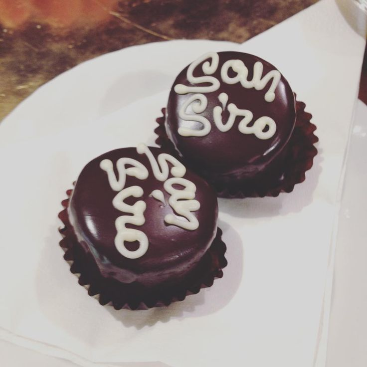 """Dolcetti pavesi ❤️ #sweet #sansiro #chocolate #dolcetti #patisserie #pasticceria #pavese #mignon #vetrina #gnam #break #giorgiomedagliani #pavia…"""
