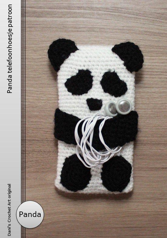 Kijk wat ik gevonden heb op Freubelweb.nl: een gratis haakpatroon van Dani's Crochet Art om dit panda telefoonhoesje te maken https://www.freubelweb.nl/freubel-zelf/gratis-haakpatroon-panda-telefoonhoesje/