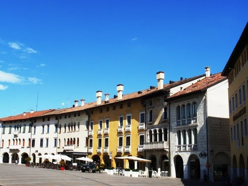 Sacile - Piazza del Popolo in center of town, the mtn bike store was just around the corner of the nearest bldg near the river