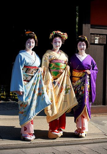 Hatsuyori 2016 with…The Tsurui family; the two geiko Sayaka and Satsuki with the maiko Marika. We don't see here but the shikomi of Tsurui okiya was with them! Oh and Hatsuyori is my favorite period of the year I will spam you probably with good pic of it :) (Source)