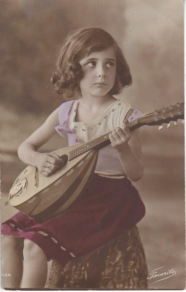 Beautiful little girl playing lute - 152.6KB