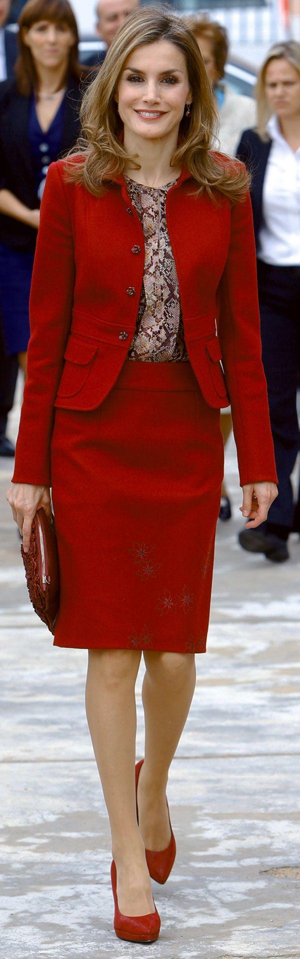 Letizia hizo su primer viaje en solitarioa Portugal como Reina para el congreso de Enfermedades Raras, repitiendo un traje de chaqueta de Felipe Varela.