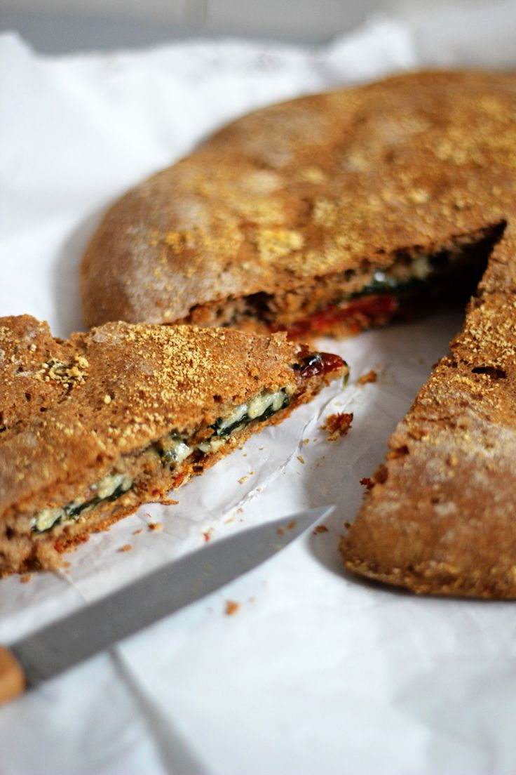 Fladenbrot mit getrockneten Tomaten, Käse und Spinat