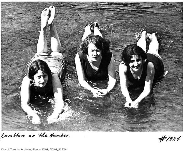 Three ladies beating the heat in Toronto, c. 1920s. #summer #beach #swimming #vintage #Canada