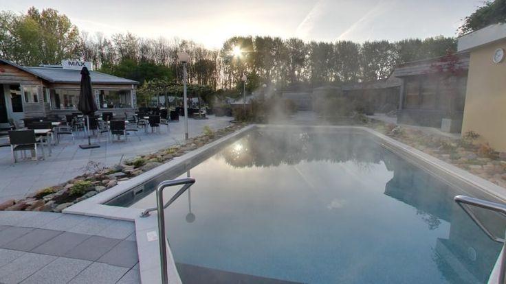 In de tuin kunt u genieten van dit mooie buitenzwembad. Met een watertemperatuur van 32 °C is het zelfs in hartje winter heerlijk vertoeven.