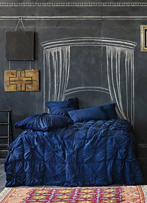 Рисунки на грифельном покрытии на стене в спальне