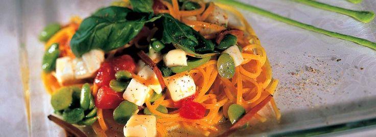 Spaghetti all'uovo con fave novelle, Provolone Valpadana D.O.P. e tartufo nero, Un sugo di fave eProvolone Valpadana D.O.P. per un primo piatto che propone gli spaghetti ricetta